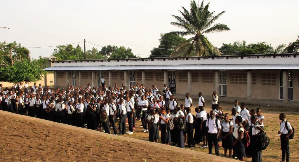 Ecole secondaire - les élèves devant le bâtiment